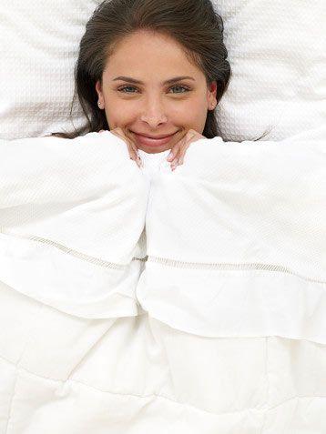 4. Yatakta kalın! Uyandıktan sonra 5 dakika daha yatakta kalın. İşte gününüzü daha enerjik geçirmenizi sağlayacak bir egzersiz seti! Yan ve dümdüz duracak şekilde yatın ve üstteki bacağınızı 10–15 kez havaya kaldırıp indirin. Bacak değiştirin. Sonra sırtüstü uzanın, bel boşluğunuza bir yastık yerleştirin ve her bacağınızı 10 santim havaya kaldırıp 15er saniye bu şekilde tutun. Egzersiz sırasında karın kaslarınızı da gergin tutarsanız, hem bacak hem karın kaslarınızı çalıştırmış olacaksınız.  5. Ayakta seks yapın! Ayakta seks, bacak ve karın kasları için son derece yararlı ve yatarak seks yapmaktan çok daha fazla enerji sarf etmenizi sağlar. Seks egzersizinizi daha etkili kılmak için karnınızı sürekli gergin tutun ve ne kadar çok hareket ederseniz, o kadar çok kalori yakacağınızı unutmayın.